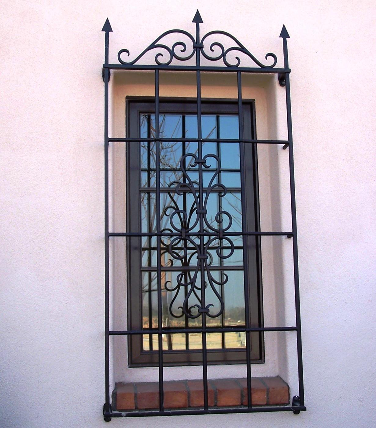 решетки для защита стекла входной двери коттеджа